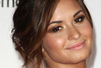 Demi-lovatos-romantic-hair-and-makeup-side